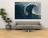 Ein Wellenreiter reitet auf einer mächtigen Welle vor der Nordküste von Maui Fototapete von Patrick McFeeley