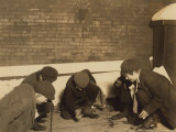 Playing Craps in the Jail Alley, Albany, New York, c.1910 Foto af Lewis Wickes Hine