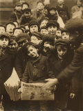 Newsies at the Paper Office, Bank Alley, Syracuse, New York, c.1910 Foto af Lewis Wickes Hine