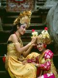 Balinese Dancers in Front of Temple in Ubud, Bali, Indonesia Lámina fotográfica por Jim Zuckerman
