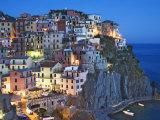 Anoitecer em cidade na montanha com vista para o Mar Mediterrâneo, Manarola, Cinque Terre, Itália Impressão fotográfica premium por Dennis Flaherty
