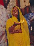 Hindu Woman Pilgrim Holding Fire, Varanasi (Benares), Uttar Pradesh State, India Reproduction photographique par John Henry Claude Wilson