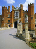 The Queen's Beasts on the Bridge Leading to Hampton Court Palace, Hampton Court, London, England Impressão fotográfica por Walter Rawlings