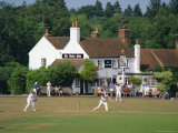 Village Green Cricket, Tilford, Surrey, England, UK Fotografisk trykk av Rolf Richardson