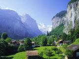 Lauterbrunnen and Staubbach Falls, Jungfrau Region, Swiss Alps, Switzerland, Europe Premium-Fotodruck von Roy Rainford