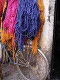 Brightly Dyed Wool Hanging Over Bicycle, Marrakech, Morrocco, North Africa, Africa Fotografisk tryk af John Miller