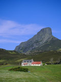 Galmisdale House and an Sgurr, Isle of Eigg, Inner Hebrides, Scotland, UK, Europe Reproduction photographique par Jean Brooks