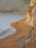 Couple Walking on Beach. Isle of Purbeck, Dorset, England UK Reproduction photographique par Jean Brooks