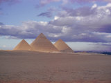 Pyramid of Menkewre (Left), Pyramid of Chephren (Centre), Pyramid of Cheops (Right), Giza, Egypt Fotografisk tryk af Walter Rawlings