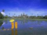 Buddhist Monks Standing in Front of Angkor Wat, Siem Reap, Cambodia Reproduction photographique par Gavin Hellier