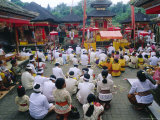 Batara Turum Kabeh Ceremony, Hindu Temple of Besakih, Bali, Indonsesia Reproduction photographique par J P De Manne