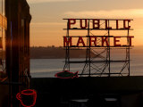 Pike Place Market and Puget Sound, Seattle, Washington State Fotografie-Druck von Aaron McCoy
