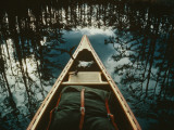 Bow of a Canoe Set against Trees Reflected in the Still Water Fotografisk tryk af Sam Abell