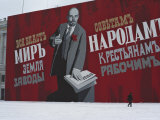 Man Passing by Giant Poster of Lenin, St. Petersburg, Soviet Union Reproduction photographique par  Brimberg & Coulson