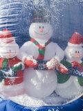 Inflatable Snowman Globe Family Close-Up, California Fotografisk tryk af James Forte
