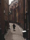 Sweden, Stockholm, Woman Walking on Narrow Streets of Gamlestaden, Rear View Reproduction photographique par  Brimberg & Coulson