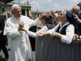 Pope John Paul II Blesses a Group of Nuns Fotografisk tryk af James L. Stanfield