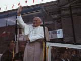 Pope John Paul II Waves from his Bulletproof Vehicle, Warsaw, Poland Fotografisk tryk af James L. Stanfield