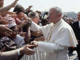 Pope John Paul II Greets a Crowd of People in St. Peter's Square Fotografisk tryk af James L. Stanfield