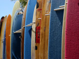 Row of Surfboards, Waikiki Beach, Hawaii Fotografisk tryk af Stacy Gold