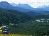 Two Hikers Stop and Relax to Enjoy the Valley View, Alaska Fotografisk tryk af Kate Thompson