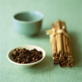 Cloves and Cinnamon Sticks Fotografie-Druck von Michael Paul