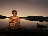 Gylden Buddha ved søbredden Fotografisk tryk af Jan Lakey