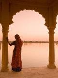Woman Wearing Sari, Jaisalmer, Rajasthan, India Lámina fotográfica por Doug Pearson