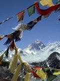 Mount Everest and Prayer Flags, Nepal Fotografie-Druck von Paul Franklin