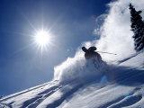 Mand står på ski i Breckenridge Resort, Colorado Fotografisk tryk af Bob Winsett