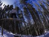 Man Riding Log on Snowboard, Vail, CO Fotografisk tryk af Kurt Olesek