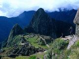 Tourists at Inca Ruins of Machu Picchu, Peru Fotografie-Druck von Shirley Vanderbilt