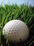 Gros plan d'une balle de golf dans l'herbe Reproduction photographique Premium par Henryk T. Kaiser