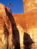 Person Jumping off Cliff Impressão fotográfica por Rob Gracie