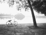 Bicycle and Bay Mau Lake Lenin Park Fotografie-Druck von Walter Bibikow