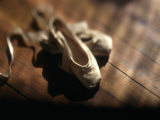 Zapatillas de ballet Lámina fotográfica por John T. Wong