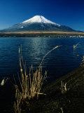 Panoramica del Monte Fuji scattata da un'isola vicina Stampa fotografica di Tim Laman