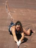 A Young Woman Climbing in Canyonlands National Park, Utah 写真プリント : ジミー・チン