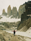 A Hiker with Outstretched Arms is in Awe of the Jagged Landscape Fotografisk trykk av Skip Brown