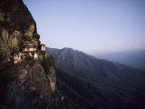 Tigers Den, a Buddhist Monastery, Clings to a Cliff in Bhutan Impressão fotográfica por Paul Chesley