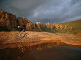 A Biker Cycles Across the Desert Fotografisk trykk av Dugald Bremner