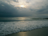 Dramatic View of a Stormy Sunrise and the Foamy Surf Lámina fotográfica por Green, Brian Gordon