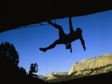 Silhouetted Rock Climber above Tuolumne Meadows 写真プリント : ビル・ハッチャー