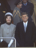President Kennedy with First Lady Jackie at His Inauguration Impressão fotográfica por Leonard Mccombe