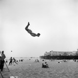 Man Flying Off a Trampoline at Santa Monica Beach Fotografie-Druck von Loomis Dean