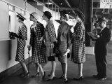 Fem modeller iført moderigtige spadseredragter ved betalingslugen for væddeløb, på Roosevelt Væddeløbsbane Fotografisk tryk af Nina Leen