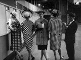 Fünf Models in modischen Kostümen am Wettschalter der Rennbahn am Roosevelt Raceway Fotografie-Druck von Nina Leen