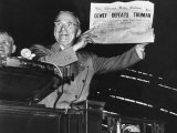 "Harry Truman Jubilantly Displaying Erroneous Chicago Daily Tribune Headline ""Dewey Defeats Truman"" Lámina fotográfica por W. Eugene Smith"
