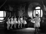 "Ballerinas During Rehearsal For ""Swan Lake"" at Grand Opera de Paris Lámina fotográfica por Alfred Eisenstaedt"