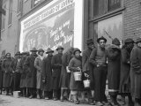 African American Flood Victims Lined Up to Get Food and Clothing From Red Cross Relief Station Lámina fotográfica por Margaret Bourke-White